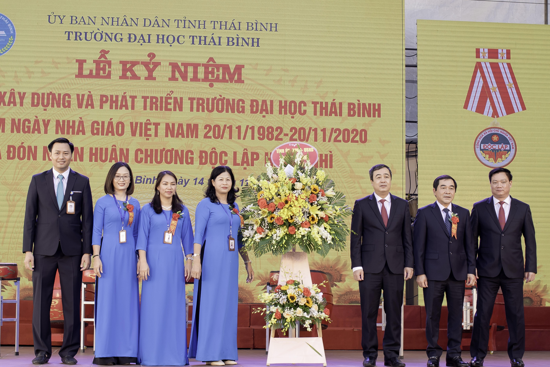 Tỉnh ủy - UBND tỉnh tặng hoa chúc mừng